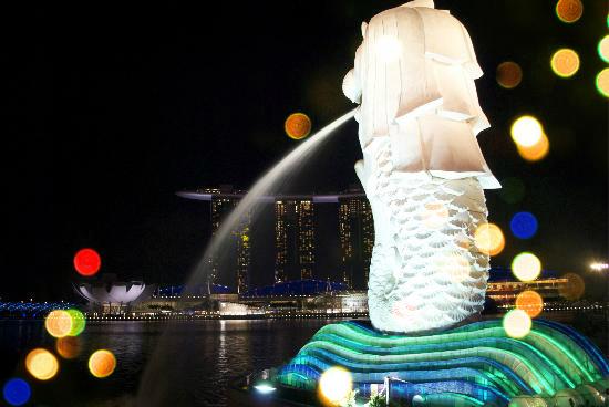 Singapore Merlion at night