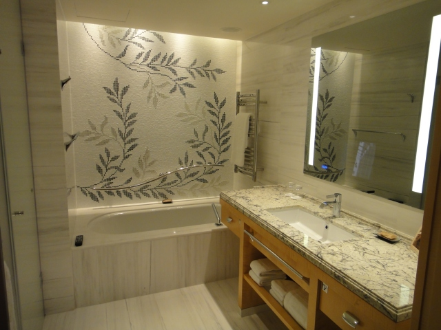 Shangri-La Premier room bathroom