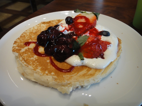 Fluffy pancake w/t whipped cream & berries